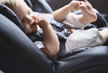 孩子乘车需坐儿童安全座椅图片1