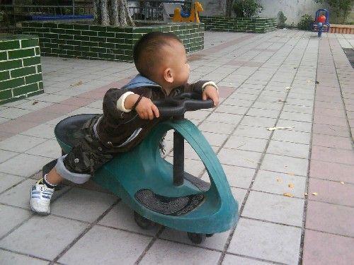 父母须知 儿童慎玩扭扭车图片1