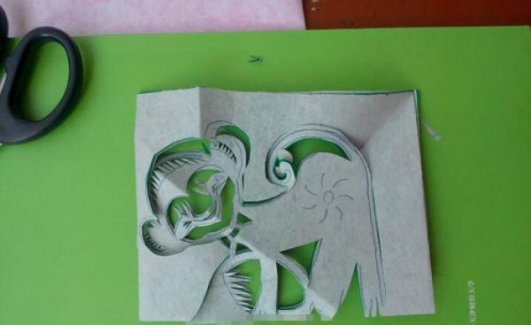 窗花剪纸步骤图解-调皮的小猴图片3