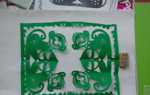 窗花剪纸步骤图解-调皮的小猴图片1