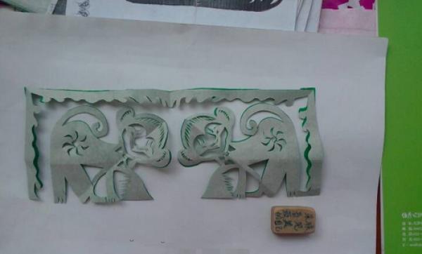 窗花剪纸步骤图解-调皮的小猴图片6