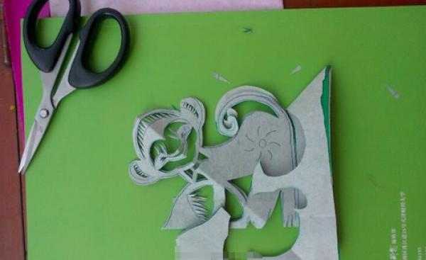 窗花剪纸步骤图解-调皮的小猴图片4