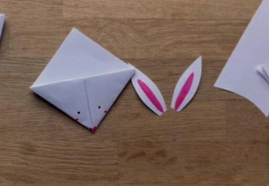 书签是我们看书的时候必不可少的一件小工具呢,它能够帮助我们记住自己读书的进度呢,让我们在下次打开书的时候能够直接翻到上次读的位置呢!今天小编就来用一张纸折出一个可爱的兔子书签呢,一起来看一看详细的折纸步骤,动手给自己折出实用的书签吧。