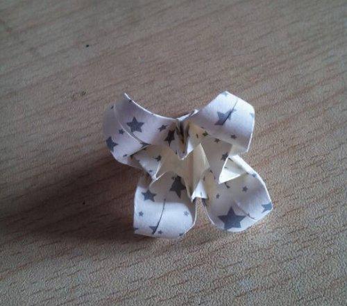 折纸百合花步骤图解-简约美丽百合花 图片12