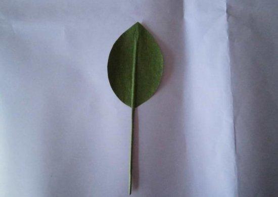 纸玫瑰叶子的折法承托红花的绿叶图片6图片