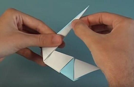 丑小鸭的故事大家肯定都听过的吧,丑小鸭其实就是一只天鹅哦!天鹅是非常美丽的动物,有着洁白的羽毛,还有修长的脖子,在水中游来游去的样子非常的漂亮呢!我们现在就来用纸折出一只美丽的天鹅呢,很简单的折纸教程,一起来学习一下,动手折一折吧。